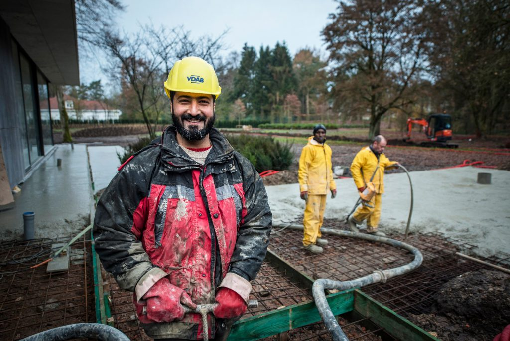 Ahmed helpt de betonwerkers opbouwen